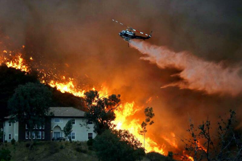 Según las autoridades, el incendio Holy arrasó con más de 7,300 hectáreas en cinco días y se encuentra controlado solo al 5%.