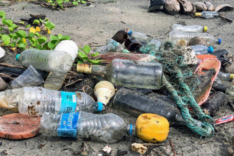 La doctora Royer descubrió que el plástico, el de las bolsas de compras, produce la mayor cantidad de metano y etileno, lo que contribuye al efecto invernadero.