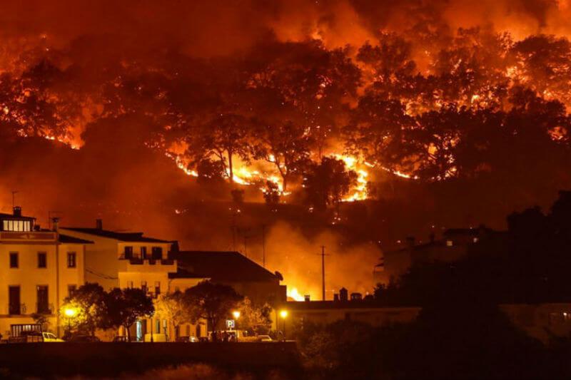 """Según la ANPC, el incendio forestal en la región lusa de El Algarve continúa activo y la situación es """"preocupante""""; ya son 44 los heridos."""