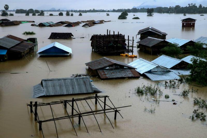 Miles de personas han sido evacuadas por las fuertes lluvias que azotaron el país, destruyendo carreteras, puentes y sumergiendo vastas extensiones de tierra.