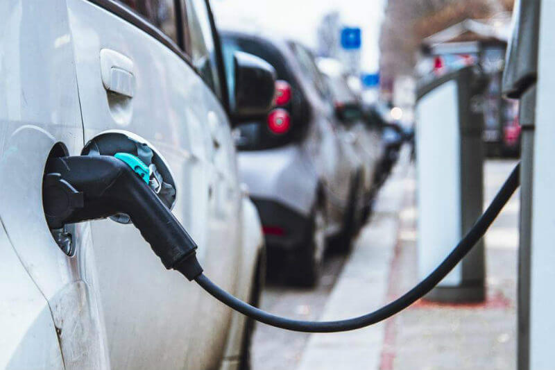 La CNFL instaló el centro de carga en el distrito de Escazú, el cual tiene la capacidad de cargar el 80% de la batería de un auto eléctrico en 30 minutos.