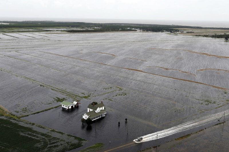 Imágenes del NOAA registraron la destrucción que dejó el huracán en la costa de Carolina del Norte, desde casas sin sus tejas hasta calles cubiertas de arena.