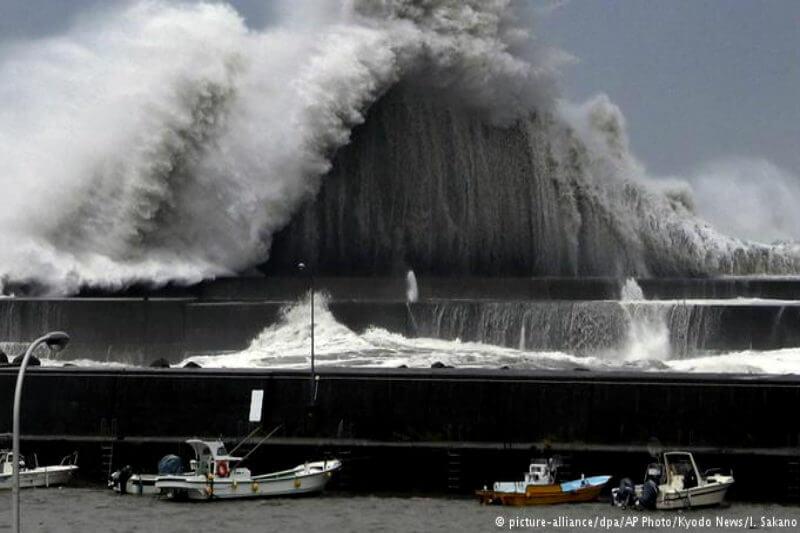 Según las autoridades, por los vientos huracanados que superaron los 210 kilómetros por hora, siete personas han fallecido y unas 200 han resultado heridas.