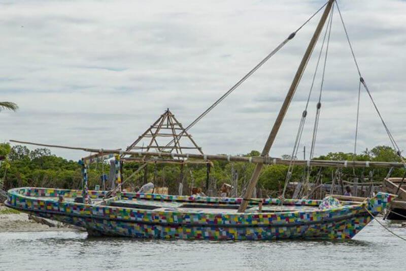 En Kenia, encuentras el barco hecho con restos de botellas, cepillos de dientes, cubos o palas, revestidos por unas 30,000 sandalias usadas.