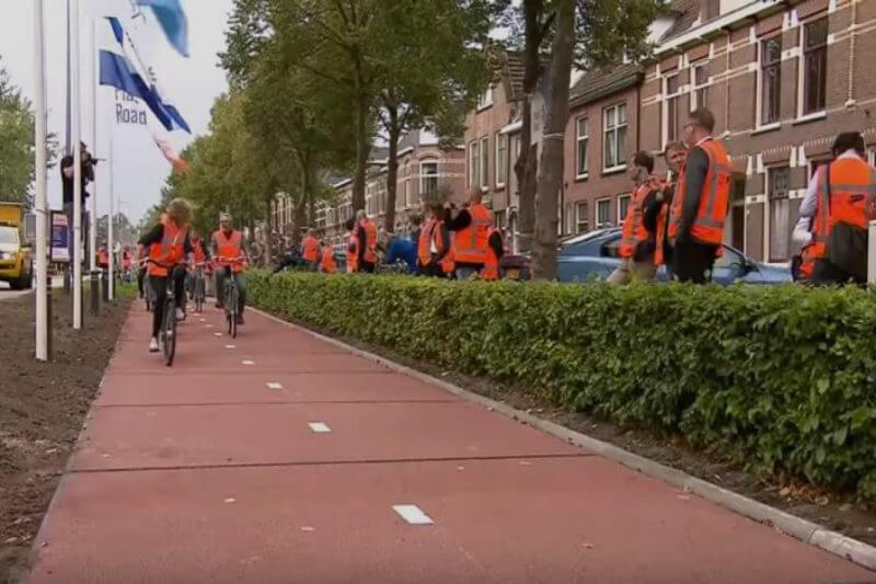 Primer camino completamente hecho de botellas recicladas, vasos y envases se abre en Zwolle, Holanda.