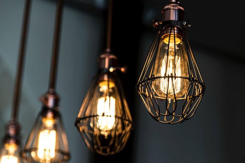 Los LED consumen una quinta parte de la energía de las bombillas halógenas, eliminarlas evitará más de 15 millones de toneladas de emisiones de carbono al año.