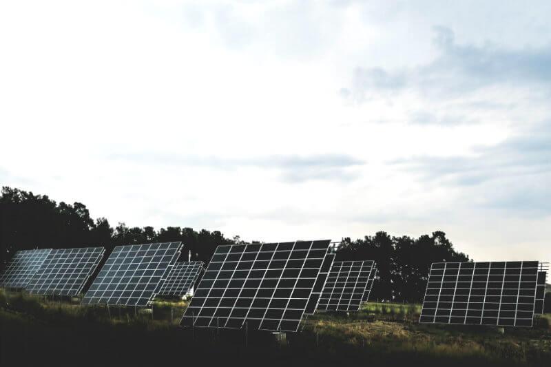 Legisladores de la isla están considerando una ley para reestructurar el sector energético y que sea 100% renovable para 2050.