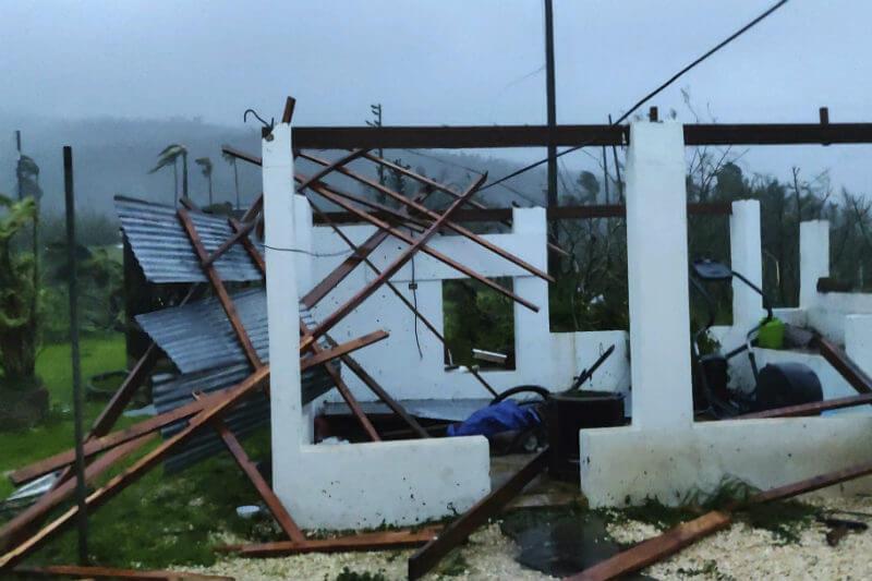 Las islas Marianas, territorio de EE. UU., fueron golpeadas por el ciclón de categoría 5, con vientos de 290 km/h que destruyeron más de 100 casas.
