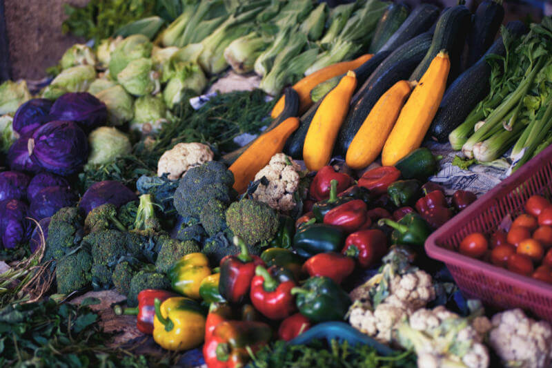Expertos dicen que cambiar prácticas comerciales y el comportamiento del consumidor, en lugar de regalar el exceso de comida, reducirá el desperdicio.