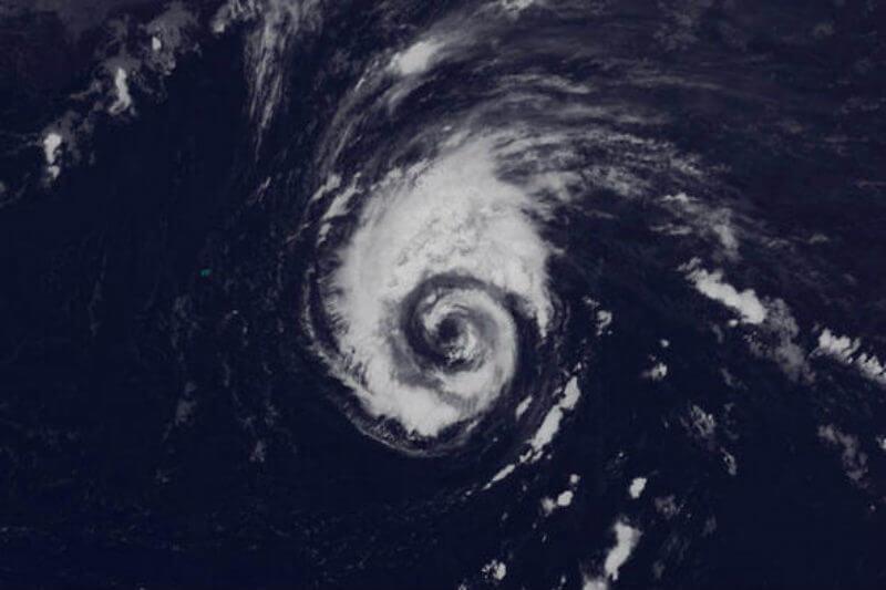 Según el NHC el huracán Leslie se encuentra a 735 kilómetros al este sureste de Bermudas y se mueve hacia el norte a 13 kilómetros por hora.