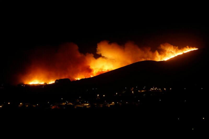 Autoridades declararon controlado el incendio en la sierra de Sintra, pero más de 730 bomberos continúan su labor para extinguir las llamas.