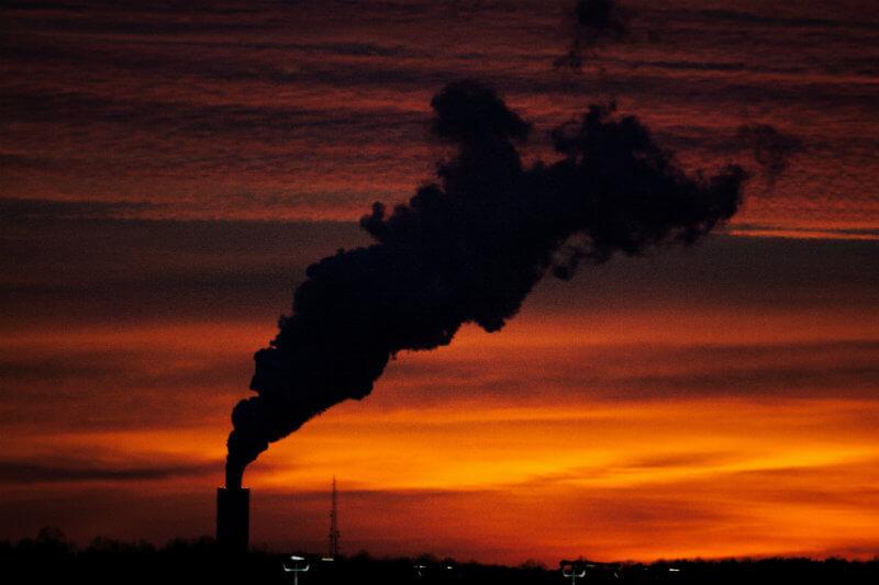 Esto utiliza mecanismos de mercado para poner un precio a las emisiones GEI y hace que grandes contaminadores paguen por las peligrosas emisiones que generan.