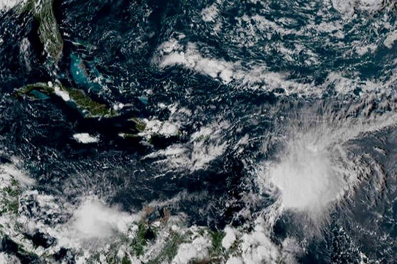 Según las autoridades, la tormenta tropical Kirk causó apagones e inundaciones en islas del Caribe oriental, y obligó a cancelar algunos vuelos.