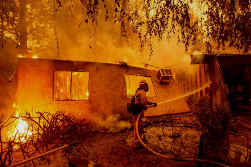 Camp Fire, el más destructivo en la historia del estado, ha provocado 23 muertos y más de cien desaparecidos, según fuentes oficiales.