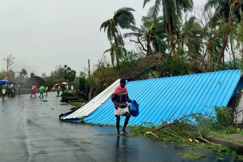 Más de treinta personas fallecieron por el paso del ciclón que tocó tierra en el sur de la India y causó graves daños materiales y evacuaciones.