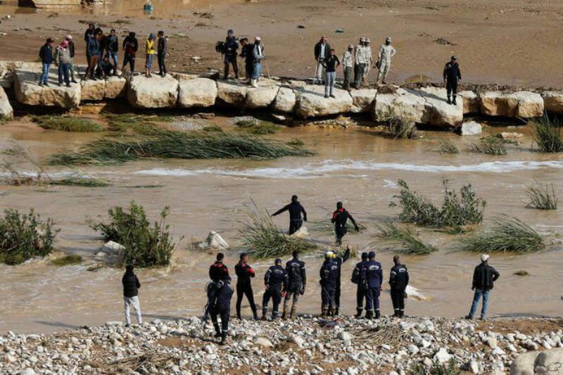 Doce personas murieron por fuertes lluvias e inundaciones en partes de Jordania y autoridades evacuaron a turistas extranjeros de la antigua ciudad de Petra.