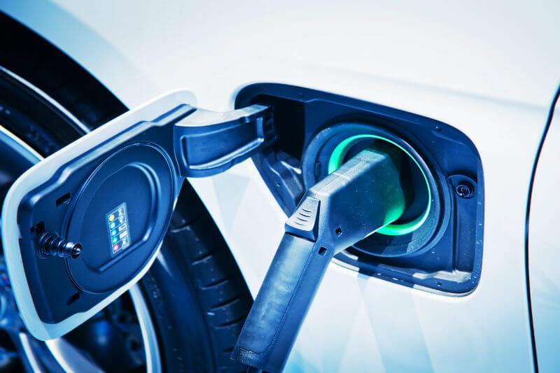 Presidente firmó decretos para incentivar el uso de transporte eléctrico y promover acciones para la movilidad en instituciones públicas.