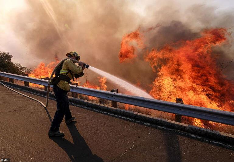 Las cifras van en aumento, con 42 víctimas, 200 personas desaparecidas, 7,000 edificios destruidos y unas 45,700 hectáreas arrasadas por el fuego.