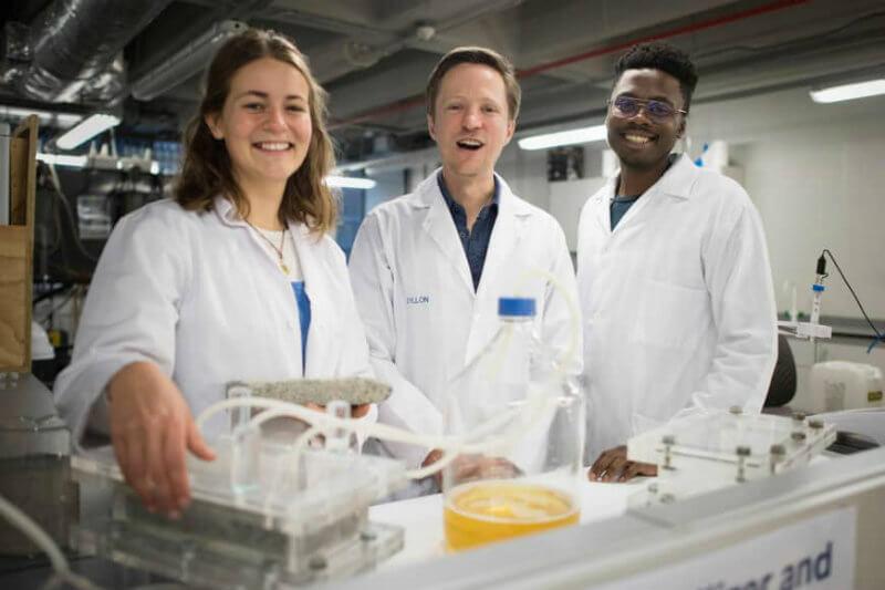 Investigadores en Sudáfrica crearon ladrillos en un laboratorio durante ocho días utilizando orina, calcio, arena y bacterias.