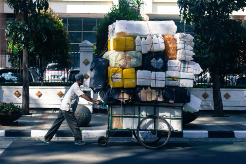 Los vertederos de Japón están llenos de plástico desde que China decidió dejar de importarlo, empujando al Gobierno a adoptar normativas para contener su uso.