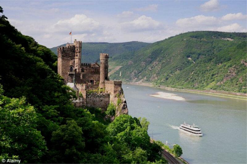 La sequía ha dejado zonas del río Rin en niveles mínimos históricos desde hace meses, obligando a que cargueros lleven menos peso o dejen de navegar.