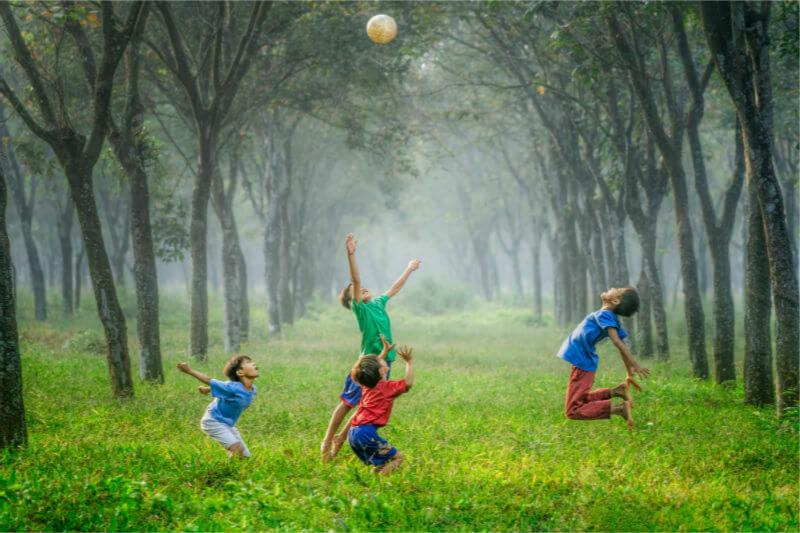 Según la AAP, los niños enfrentan cargas de salud únicas debido al cambio climático, como alergias, asma, inseguridad alimentaria y muerte por calor extremo.