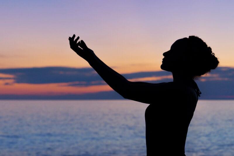 Pasantes de APA discuten la meditación de la conciencia plena como un enfoque para mejorar la conexión con lo natural y aumentar el comportamiento sostenible.