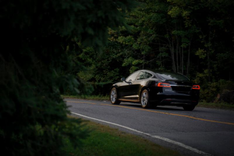 En un intento por reducir las emisiones, Noruega exime a los autos eléctricos de la mayoría de impuestos y ofrece estacionamiento y puntos de carga gratuitos.