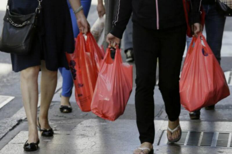 Supermercados deberán ofrecer a los clientes bolsas de tela o papel. Aquellos que violen la prohibición podrían enfrentar multas de alrededor de US$2,700.