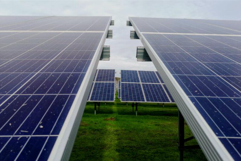 Un reciente descubrimiento indicó que el cambio de color del silicio en células solares puede reducir los costes de producción en ésta en más de un 10%.