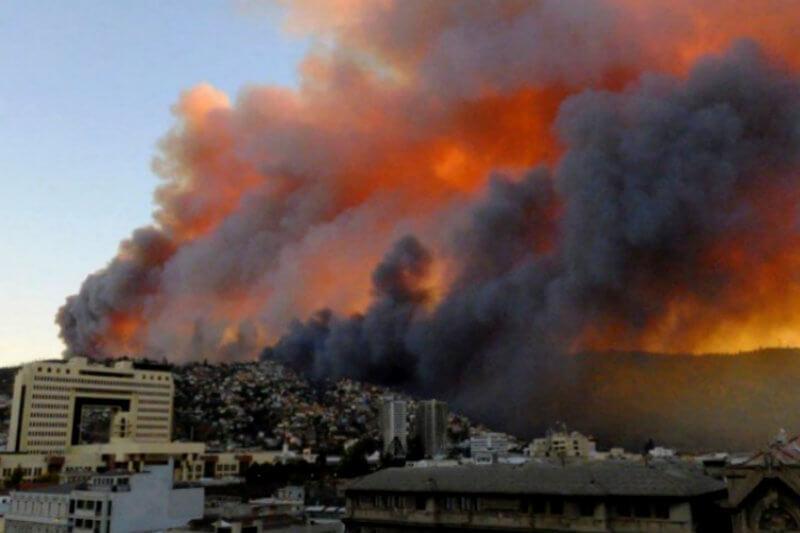 29 viviendas fueron arrasadas en la región de Valparaíso, mientras decenas de damnificados buscan rescatar algunas pertenencias que resistieron al fuego.