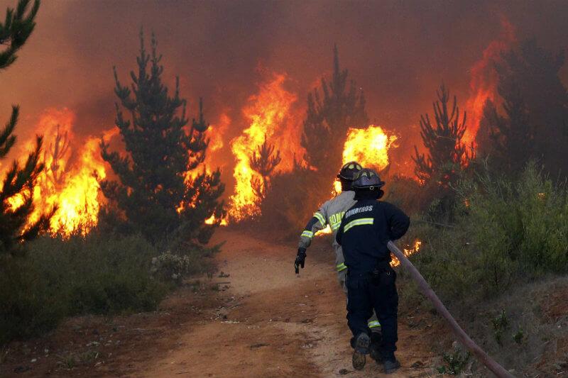 El ministro Antonio Walker afirmó que el gobierno calcula que los incendios forestales quemarán esta temporada unas 70,000 hectáreas, el doble del año pasado.