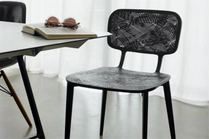 Marleen Kaptein ha diseñado una silla hecha con fibra de carbono reciclada procedente de los residuos de corte de la industria automovilística y aeroespacial.