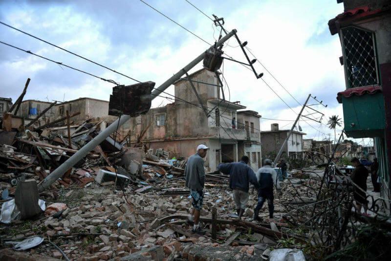 Tres personas han muerto y 172 han resultado heridas por un tornado que ha azotado la capital de la isla, La Habana.