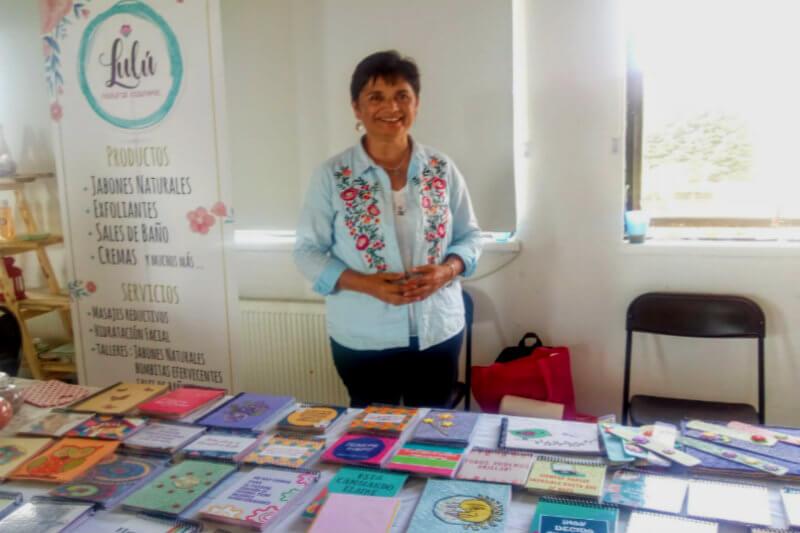 Esta empresa, creada por personas del Centro de Rehabilitación San Antonio de Padua, recicla papel y lo transforma en libretas ecológicas realizadas a mano.