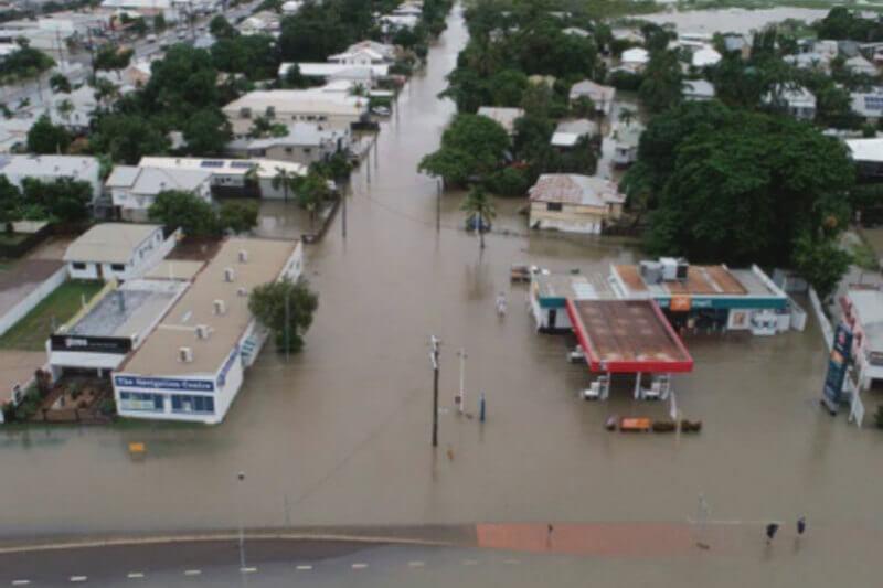 Grandes inundaciones amenazaron a varios miles de hogares en el estado de Queensland, obligando a más de 1,100 personas a ser evacuadas.