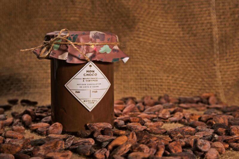 MonChoco utiliza una bicicleta para transformar los granos de cacao en una pasta para producir chocolate orgánico y ecológico.