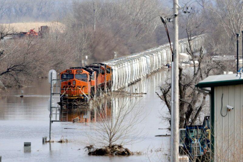 Solo en Nebraska, 75 ciudades, 65 condados y 4 áreas tribales han emitido declaraciones de emergencia, y en Iowa, 41 de 99 condados como áreas de desastre.