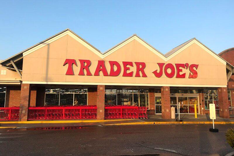 Trader Joe's tomará medidas para eliminar más de 1 millón de libras de plástico de las tiendas, después de una petición de Greenpeace firmada por sus clientes.