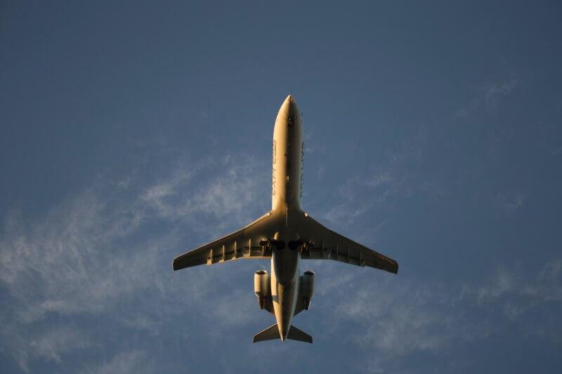 Ninguna aerolínea está haciendo suficiente para reducir sus emisiones, pero Delta y United llevan la delantera en el manejo de emisiones GEI, según reporte.