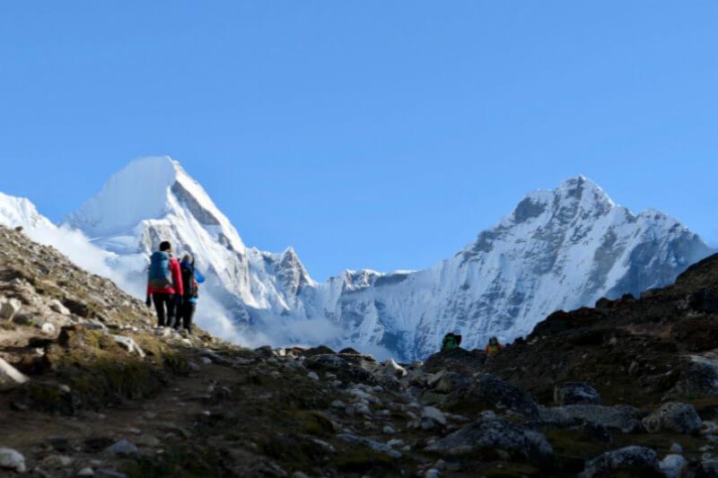 Unos 300 escaladores han muerto desde el primer intento de cumbre en 1922, cerca de 2/3 de esos cuerpos todavía están en la montaña, pero al parecer ya no.