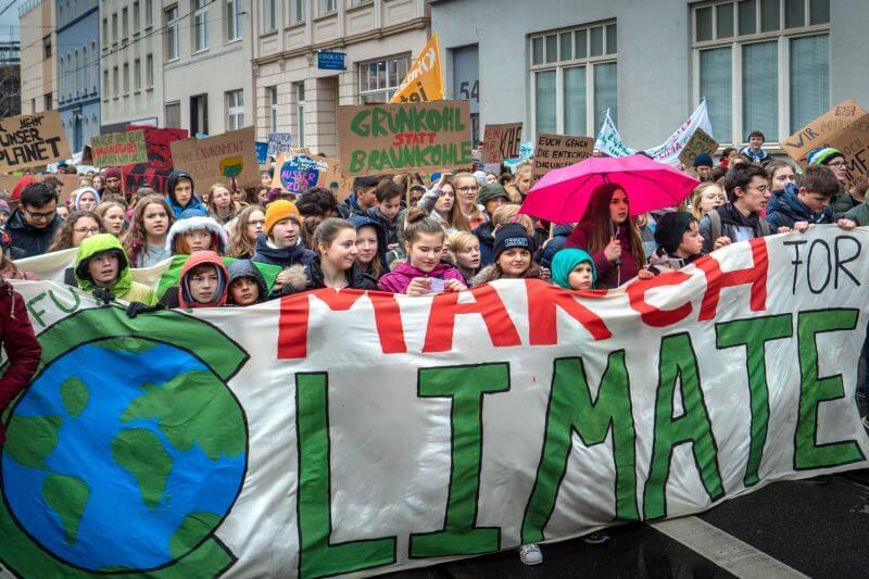 Estudiantes marcharon en 1,800 ciudades del mundo para exigir a los políticos medidas urgentes y eficaces contra el fenómeno climático.