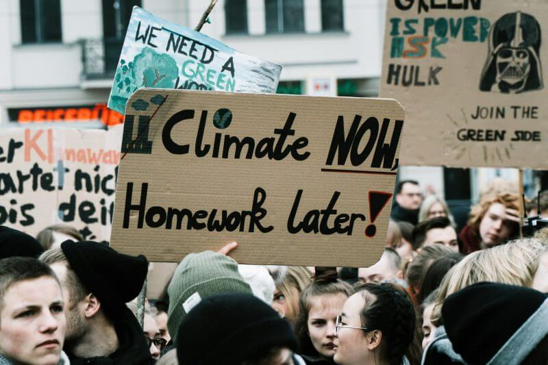 Porque los jóvenes han decidido protestar para dejarle bien claro a los adultos que les preocupa su futuro, que ya hagan algo para mitigar el cambio climático.