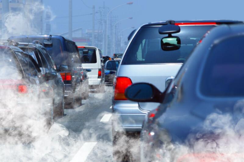 Cuatro millones de niños y niñas desarrollan asma como resultado de la contaminación en el aire producido por automóviles y camiones.