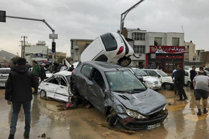 Inundaciones cobraron la vida de al menos 24 personas e hirieron a cientos después de días de lluvias torrenciales, desbordando ríos en varias partes del país.