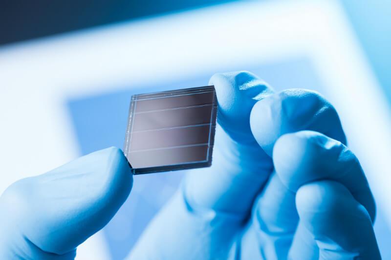 Uso de cafeína para mejorar paneles solares de perovskita.