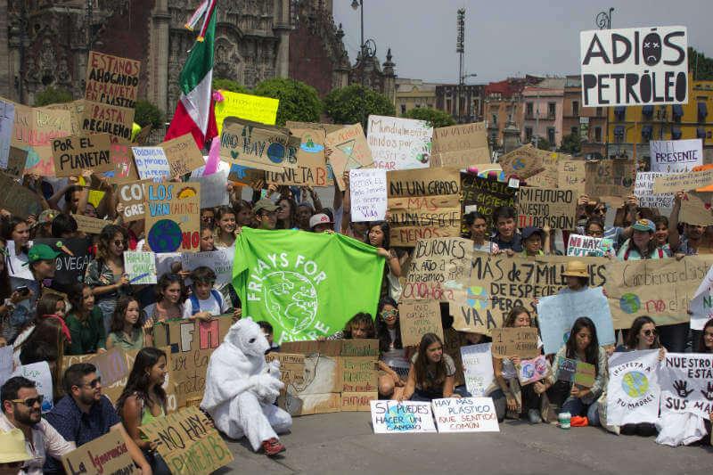 Greta Thunberg comenzó a manifestarse cada viernes contra el cambio climático, ahora la siguen miles.
