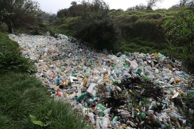 Metros de basura cubren el río Xequijel en Guatemala por lluvias y acumulación de desechos.