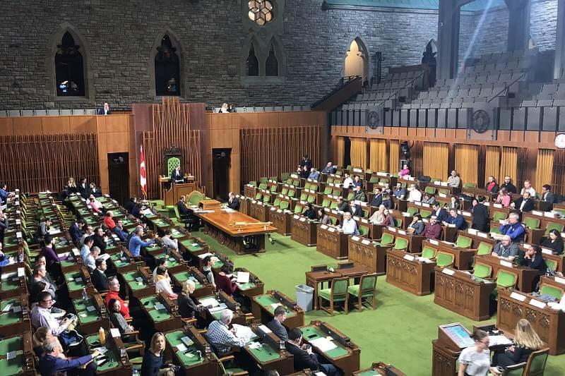 La moción fue presentada por la ministra de Medio Ambiente y Cambio Climático, Catherine McKenna, y pasó con 186 votos a 63.