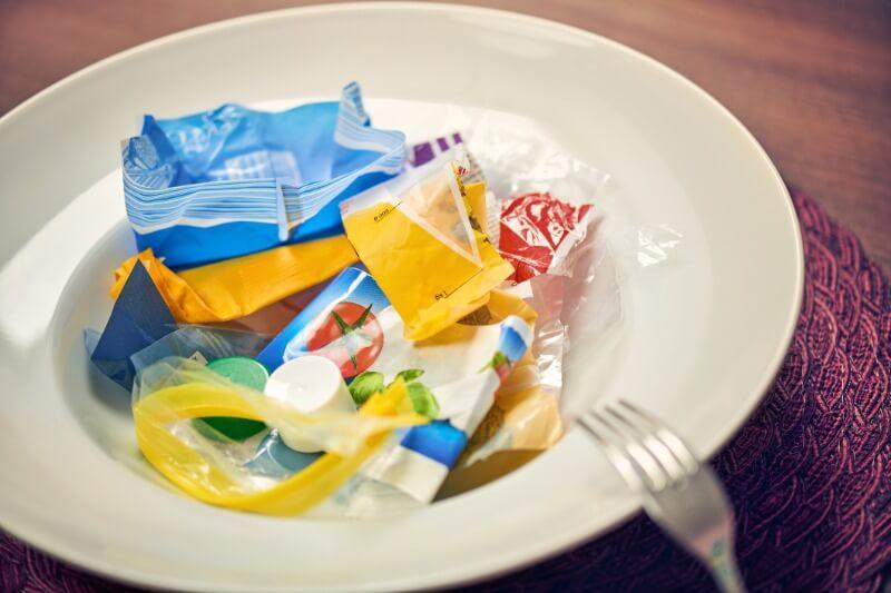 Estudio señala que en promedio una persona podría ingerir aproximadamente 5 gramos de plástico cada semana, el equivalente al peso de una tarjeta de crédito.